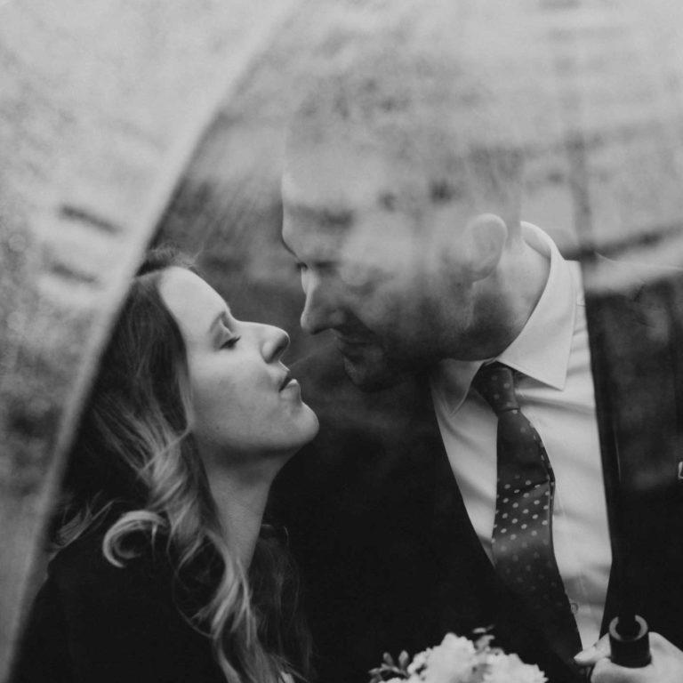 Hochzeitsfotograf Bottrop Hochzeit Paarshooting Regenschirm schwarzweiss